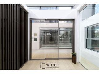 WITHJIS(위드지스) Centros de exposições modernos Alumínio/Zinco Metalizado/Prateado