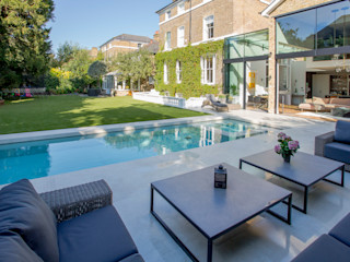 Outdoor Hydrotherapy Pool & Spa London Swimming Pool Company Piscinas modernas Concreto
