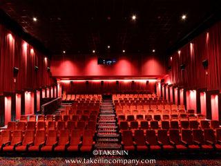 TakenIn Galerías y espacios comerciales de estilo moderno Rojo