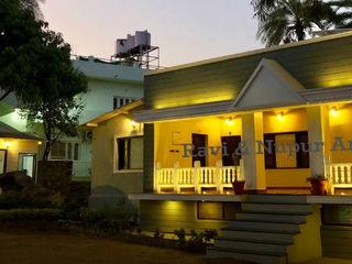 RAVI - NUPUR ARCHITECTS Hoteles de estilo colonial Gris