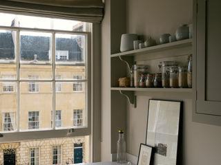 A Georgian Apartment in Bath by deVOL deVOL Kitchens Кухня Бежевий