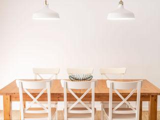 Moradia Miramar - Decoração de Interiores MOYO Concept Salas de jantar mediterrânicas Madeira Branco