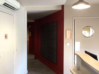 Cabinet Dentaire CÈDRE BLEU MIINT - design d'espace & décoration Cliniques modernes Multicolore