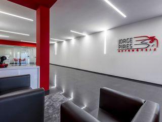 Stand JP - Jorge Pires - Decoração de Interiores MOYO Concept Stands de automóveis modernos Branco