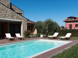 Piscina residenziale a skimmer Mirani Sas Giardino con piscina Beige