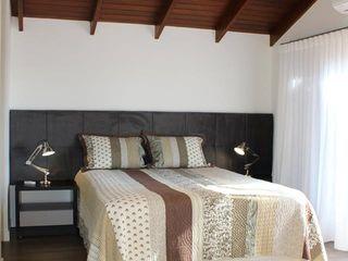 Reforma de residência em Ijuí-RS Cláudia Legonde Quartos modernos Madeira Branco