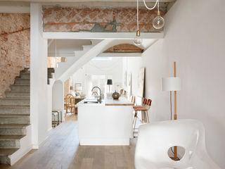001. ECLECTICISM IN TEXTURES Abrils Studio Pasillos, vestíbulos y escaleras de estilo mediterráneo