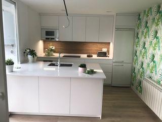 Una cocina blanca de líneas sencillas SANTOS VAGUADA CocinaAlmacenamiento y despensa Blanco