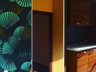 DUOLAB Progettazione e sviluppo オリジナルデザインの キッチン 木材・プラスチック複合ボード アンバー/ゴールド