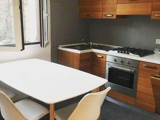 DUOLAB Progettazione e sviluppo システムキッチン 無垢材 灰色