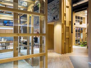 Bide Bide Tolosa Zuhaizki Salones de estilo moderno Madera maciza Acabado en madera
