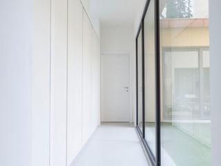 Soffici e Galgani Architetti Pasillos, vestíbulos y escaleras industriales Blanco