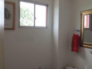 CIENTO ONCE INMOBILIARIA Ванная комната в стиле модерн