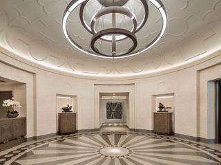 TRAZZO ILUMINACIÓN Corredores, halls e escadas minimalistas