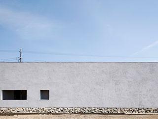 スタイリッシュな平屋のコートハウス kisetsu 一戸建て住宅 白色