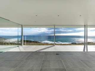 水平線の家|大海原の風景と暮らす絶景の住宅 TAPO 富岡建築計画事務所 モダンデザインの リビング タイル 白色