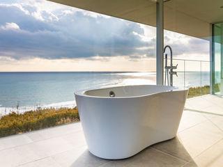 水平線の家|大海原の風景と暮らす絶景の住宅 TAPO 富岡建築計画事務所 モダンスタイルの お風呂 タイル 白色