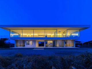 水平線の家|大海原の風景と暮らす絶景の住宅 TAPO 富岡建築計画事務所 一戸建て住宅 白色