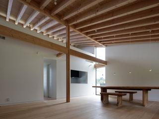 佐倉の別荘|子育て世代の週末住宅 TAPO 富岡建築計画事務所 モダンデザインの リビング 木 白色