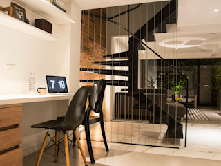 CHAVARRO ARQUITECTURA Modern Study Room and Home Office Metal Black