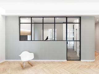 DMC   Round the Corner Apartment PLUS ULTRA studio Soggiorno minimalista Legno Grigio