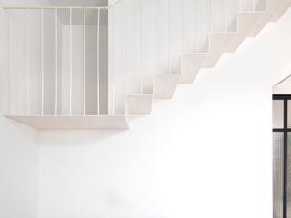 Reforma integral de vivienda unifamiliar en Argentona, Sant Ferran. Divers Arquitectura, especialistas en Passivhaus en Sabadell Escaleras Hierro/Acero Blanco