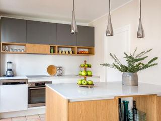 CONSCIOUS DESIGN - INTERIORS 置入式廚房 木頭 Grey