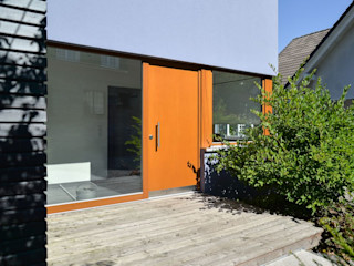Wohnhaus aus Massivholz am Hang mit Praxis Herrmann Massivholzhaus GmbH Moderne Häuser Massivholz Lila/Violett