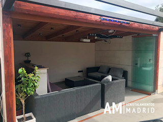 Porche acristalado con cortinas de cristal en Madrid Acristalamientos Madrid Balcones y terrazas de estilo minimalista Vidrio Marrón