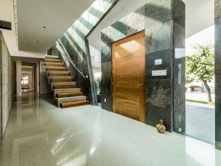 GRUPO VOLTA Pasillos, vestíbulos y escaleras de estilo moderno Mármol Multicolor