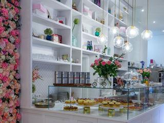 Classy Cupcake Store Ivy's Design - Interior Designer aus Berlin Klassische Gastronomie Holz Weiß