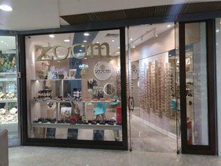 Interiores de ótica em shopping Izabella Biancardine Interiores Lojas & Imóveis comerciais modernos