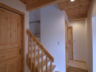 木の家株式会社 Modern Corridor, Hallway and Staircase Wood