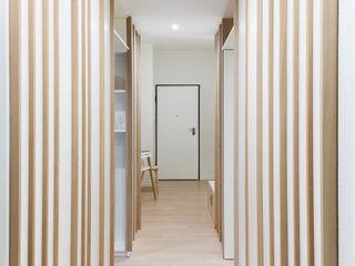 VNR   Shades of white apartment PLUS ULTRA studio Ingresso, Corridoio & Scale in stile scandinavo Legno Bianco
