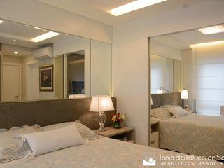 Residência Quintino Bocaiúva - Suíte Casal Tania Bertolucci de Souza   Arquitetos Associados Quartos modernos