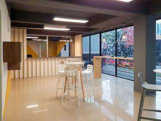 AU Lab Modern style study/office Wood White
