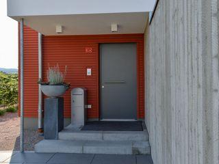 Massivholzhaus mit Sichtbeton-Elementen Herrmann Massivholzhaus GmbH Moderne Häuser Massivholz