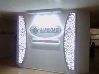 DISEÑO EN RECEPCIÓN DE CORPORATIVO MROlmeda Pasillos, vestíbulos y escaleras modernos Aglomerado