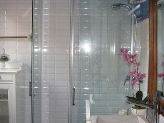 Almudena Madrid Interiorismo, diseño y decoración de interiores Baños modernos Turquesa