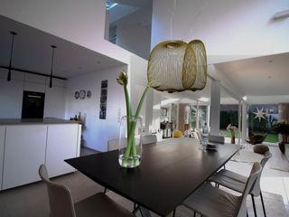 Umbau und Energetische Modernisierung eines EFH zum Effizienzhaus 115 Architektur & Interior Moderne Esszimmer Weiß