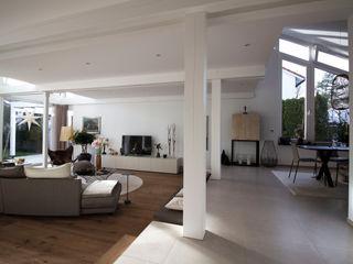 Umbau und Energetische Modernisierung eines EFH zum Effizienzhaus 115 Architektur & Interior Moderne Wohnzimmer Weiß