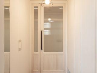 로하디자인 Коридор, прихожая и лестница в стиле кантри