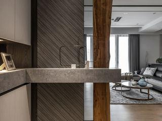 花藝師閒情居,開展暢意退休人生 --- 敬業雲起 木博士團隊/動念室內設計制作 現代風玄關、走廊與階梯 Grey