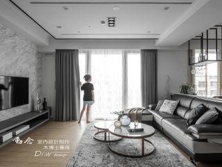 花藝師閒情居,開展暢意退休人生 --- 敬業雲起 木博士團隊/動念室內設計制作 现代客厅設計點子、靈感 & 圖片 Grey
