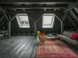 WILHELM III. Schwarzer Salon im Dach AMUNT Architekten in Stuttgart und Aachen Ausgefallene Wohnzimmer Holz Schwarz