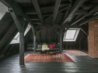WILHELM III. Schwarzer Salon im Dach AMUNT Architekten in Stuttgart und Aachen Walmdach Holz Schwarz