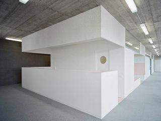 PRAXIS Dr.B. Farbige Gesundheit AMUNT Architekten in Stuttgart und Aachen Moderne Praxen Beton Grau