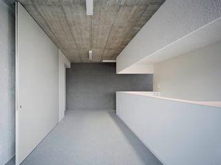 PRAXIS Dr.B. Farbige Gesundheit AMUNT Architekten in Stuttgart und Aachen Minimalistische Praxen Beton Grau