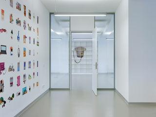 Workspace im 1962 von Robert Tepež entworfenen Gebäude _WERKSTATT FÜR UNBESCHAFFBARES - Innenarchitektur aus Berlin Moderne Schulen Grau