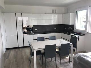 Appartamento total white L&M design di Marelli Cinzia Cucina moderna Bianco
